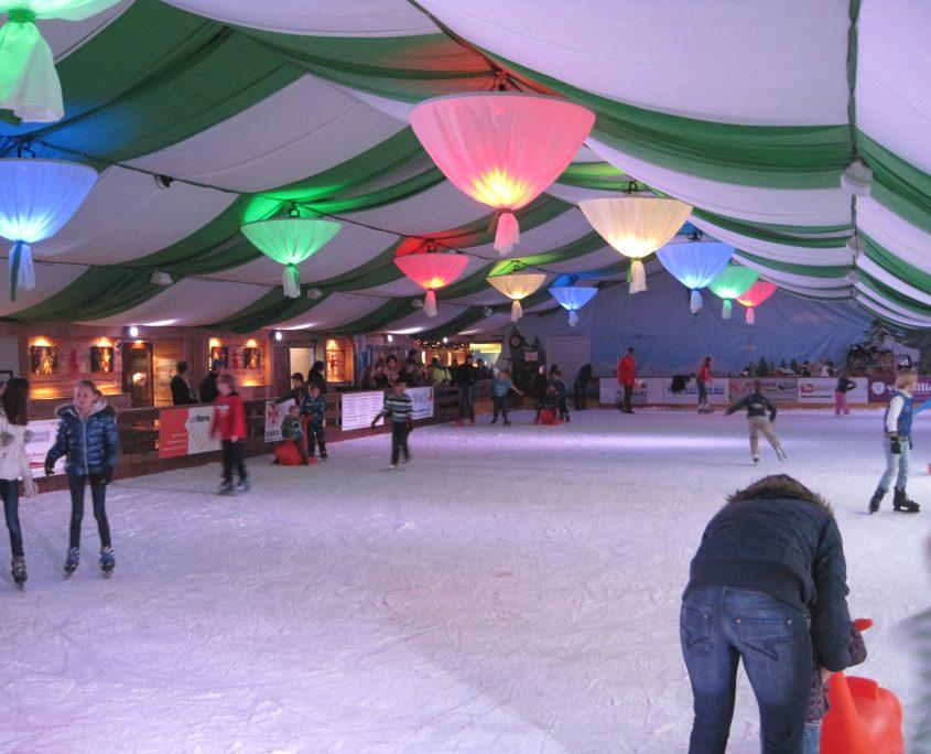 Overdekte schaatstent met kleurlampen