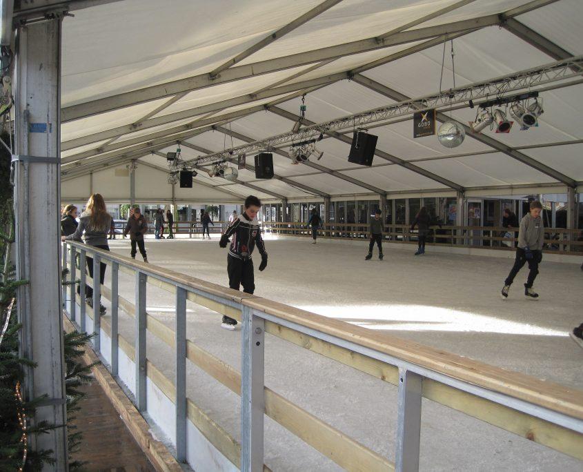 Overdekte schaatstent met lichtbalk